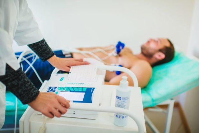 Выясняются имевшиеся в прошлом приступы болей за грудиной различной частоты и интенсивности, факторы риска (курение, стрессы, хронические болезни)