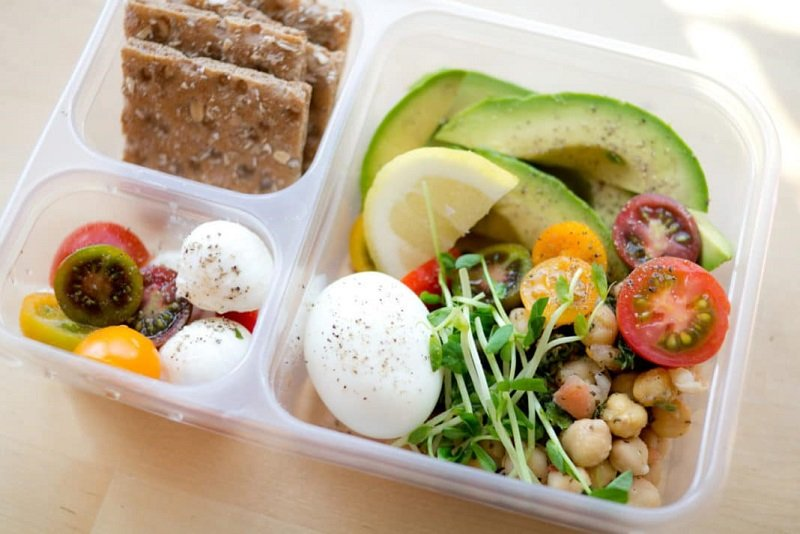 Запрещено практиковать голодание, поскольку уменьшение массы тела достигается благодаря ограничению калорий.