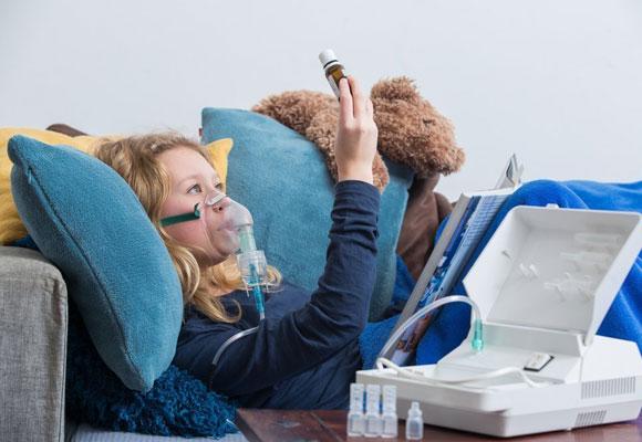 Девушка рассматривает ампулу с лекарством