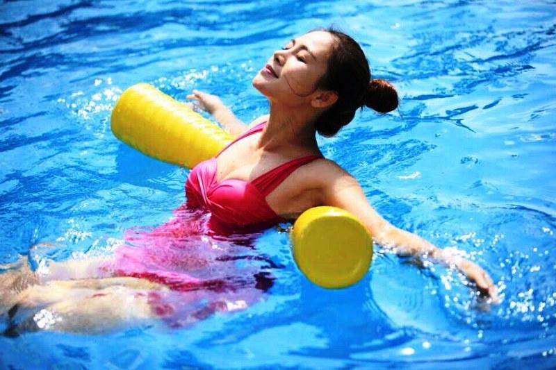 Первое время можно заниматься плаванием