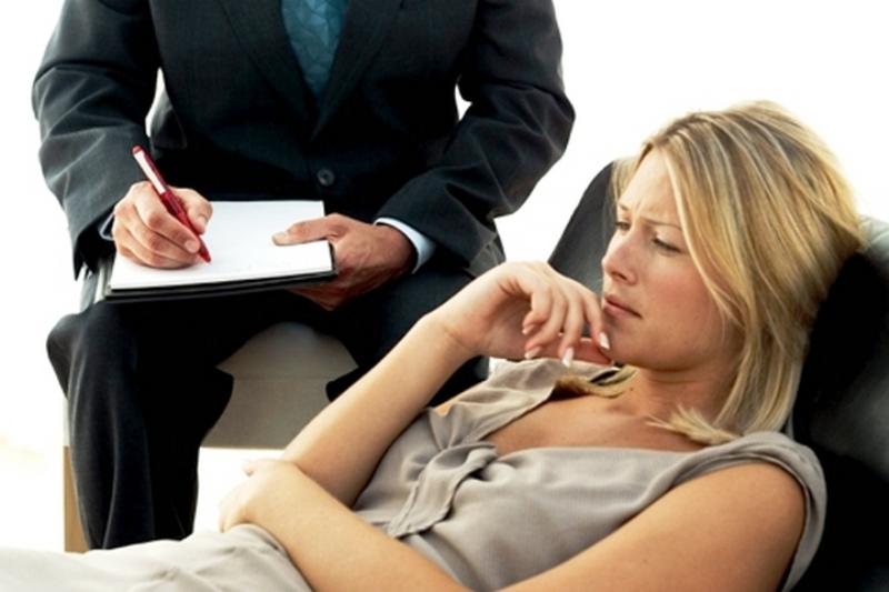 Расстроенная женщина на приеме у психолога