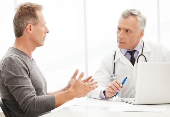Пациент рассказывает врачу о своей болезни