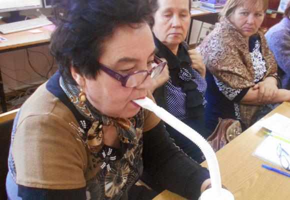 Женщина проходит ингаляционный сеанс на тренажере Фролова