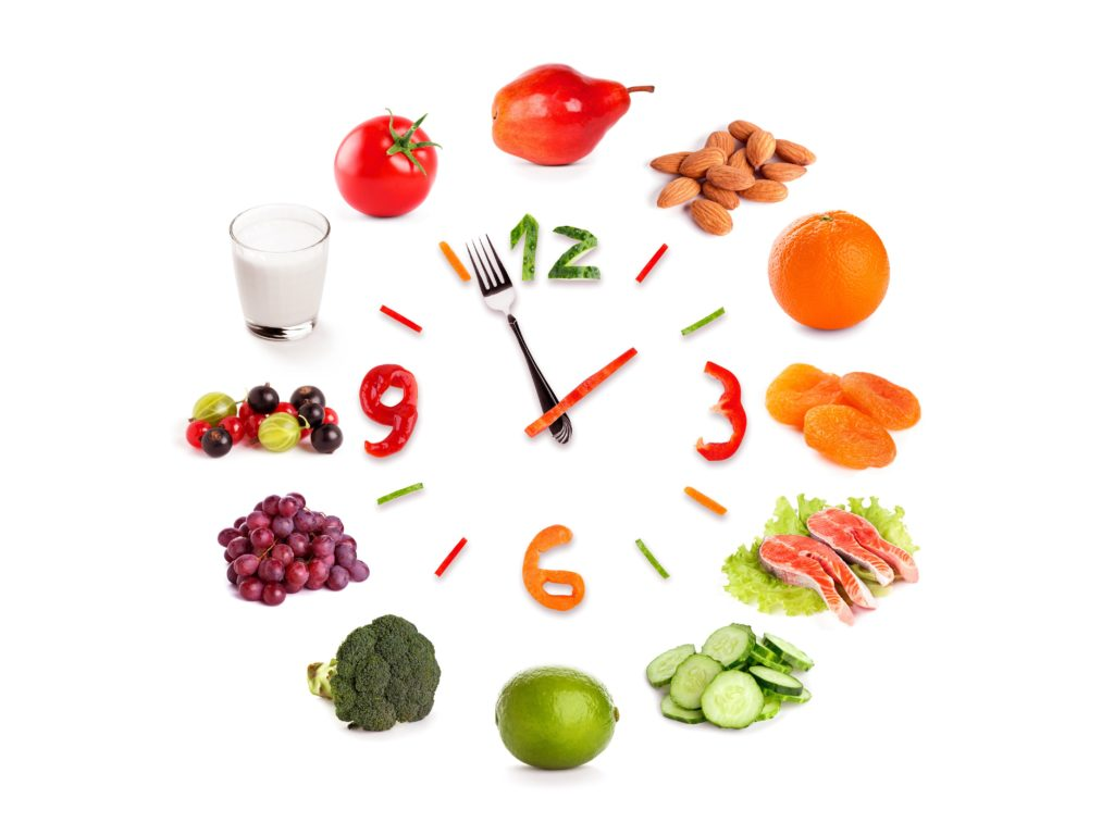 Надо питаться 4-5 раз в день, но маленькими порциями и в день требуется пить 1,5-2 литра воды