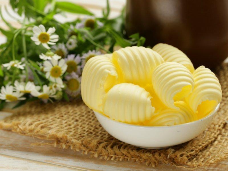 В сливочном масле содержатся витамины, микроэлементы и белки