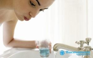 Используют антисептические растворы для обработки полости рта