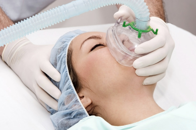 Если риск невысок, возможно проведение оперативного вмешательства в полном объеме, а вид анестезии выбирают в соответствии с объемом предполагаемого вмешательства