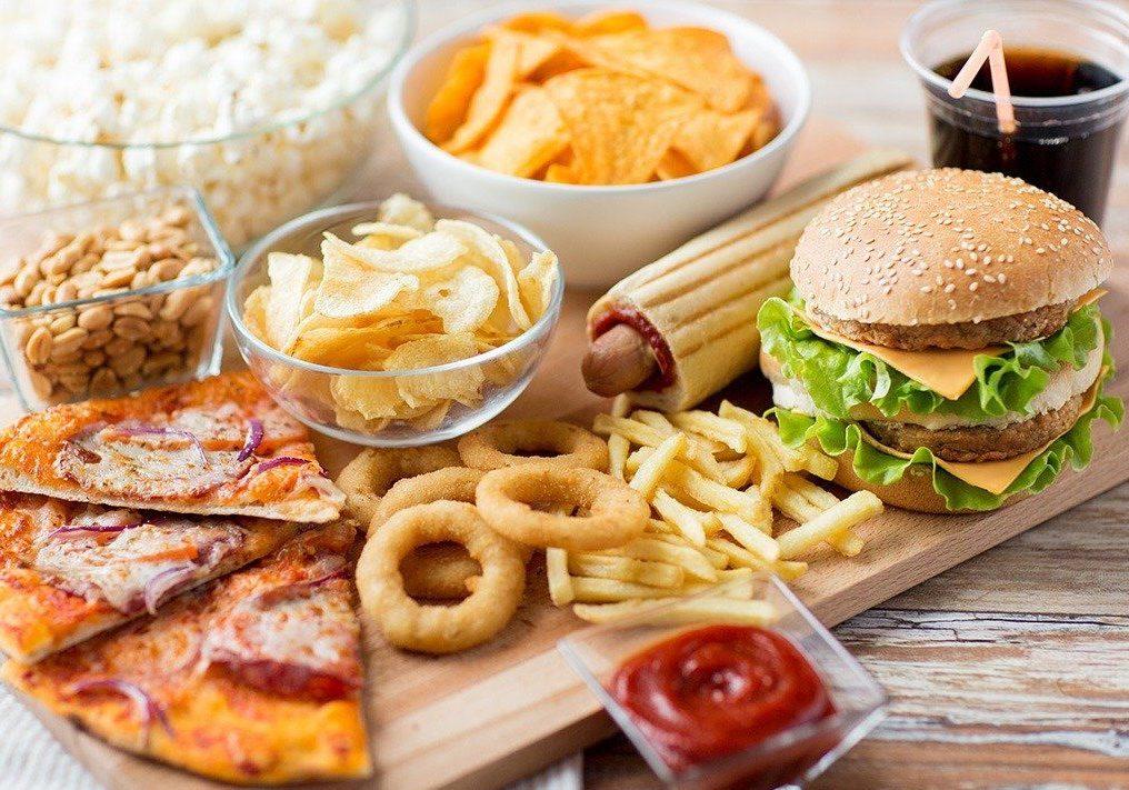 Нужно с осторожностью употреблять сало, сливочное масло, жирные сорта мяса, куриные яйца, сливки