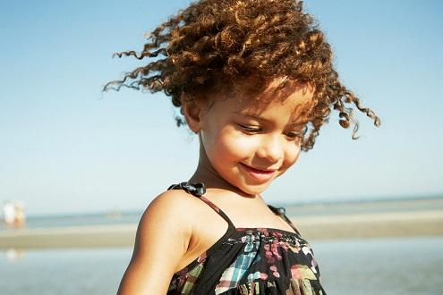 Кудрявые волосы ребенка