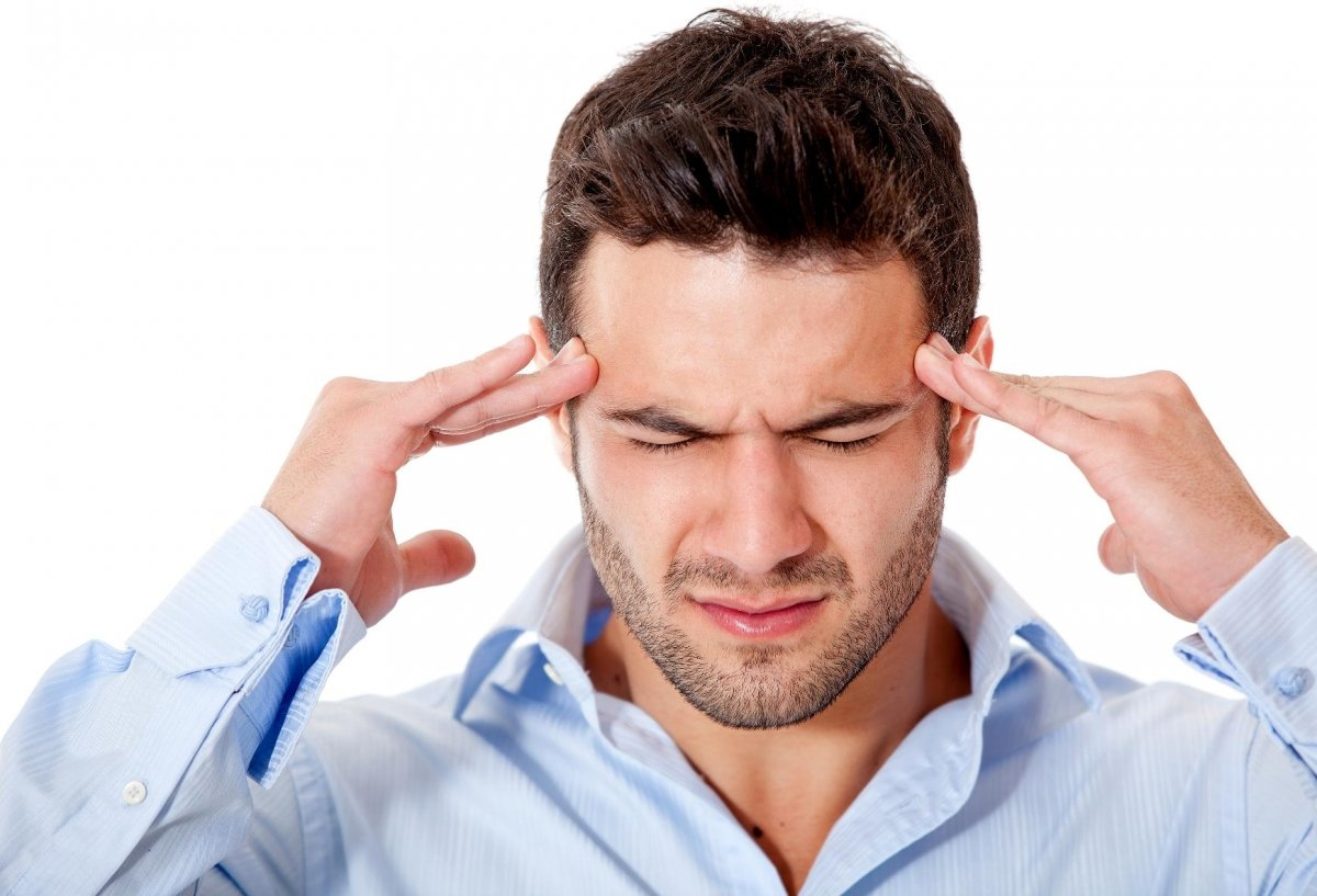 Иногда болезнь проявляется сильными головными болями