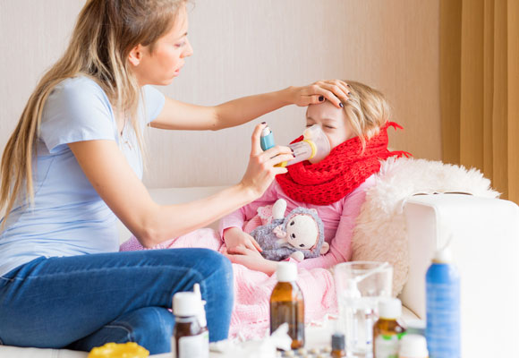 Мама делает больному ребенку ингаляцию