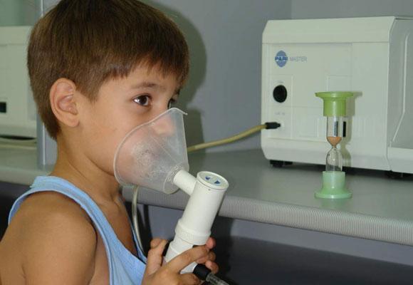 Мальчик лечится с помощью ингалятора
