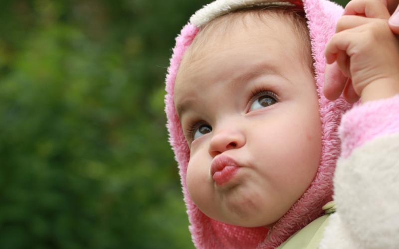 ребенок надул губы