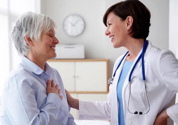 Пациентка общается с лечащим врачом
