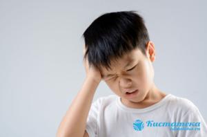 Проявляется головная боль, в движения наблюдается заторможенность