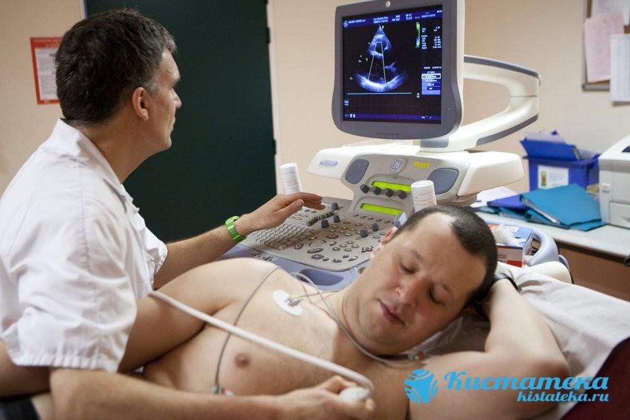 Кардиограмма определяет общее нарушение в сердце, связанное с перикардиальным выпячиванием