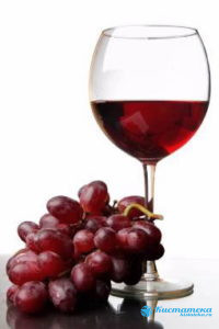 Небольшое количество красного вина не повредит здоровью