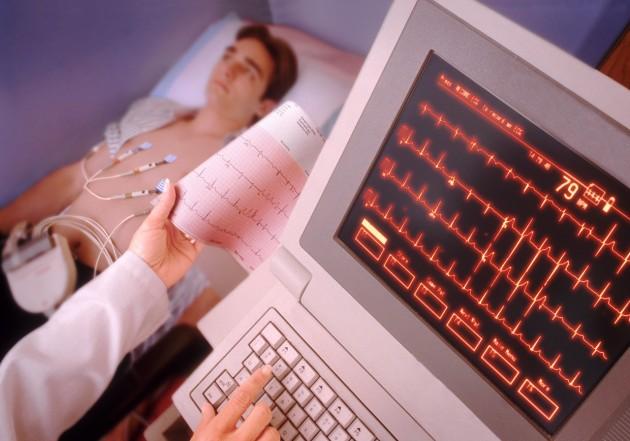 Кардиомониторное наблюдение в палате со звуковым сигналом тревоги позволяет быстро реагировать на изменения сердечных сокращений