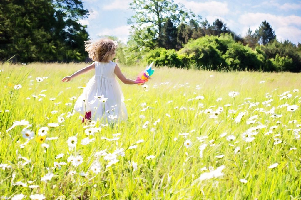 девочка бежит по траве