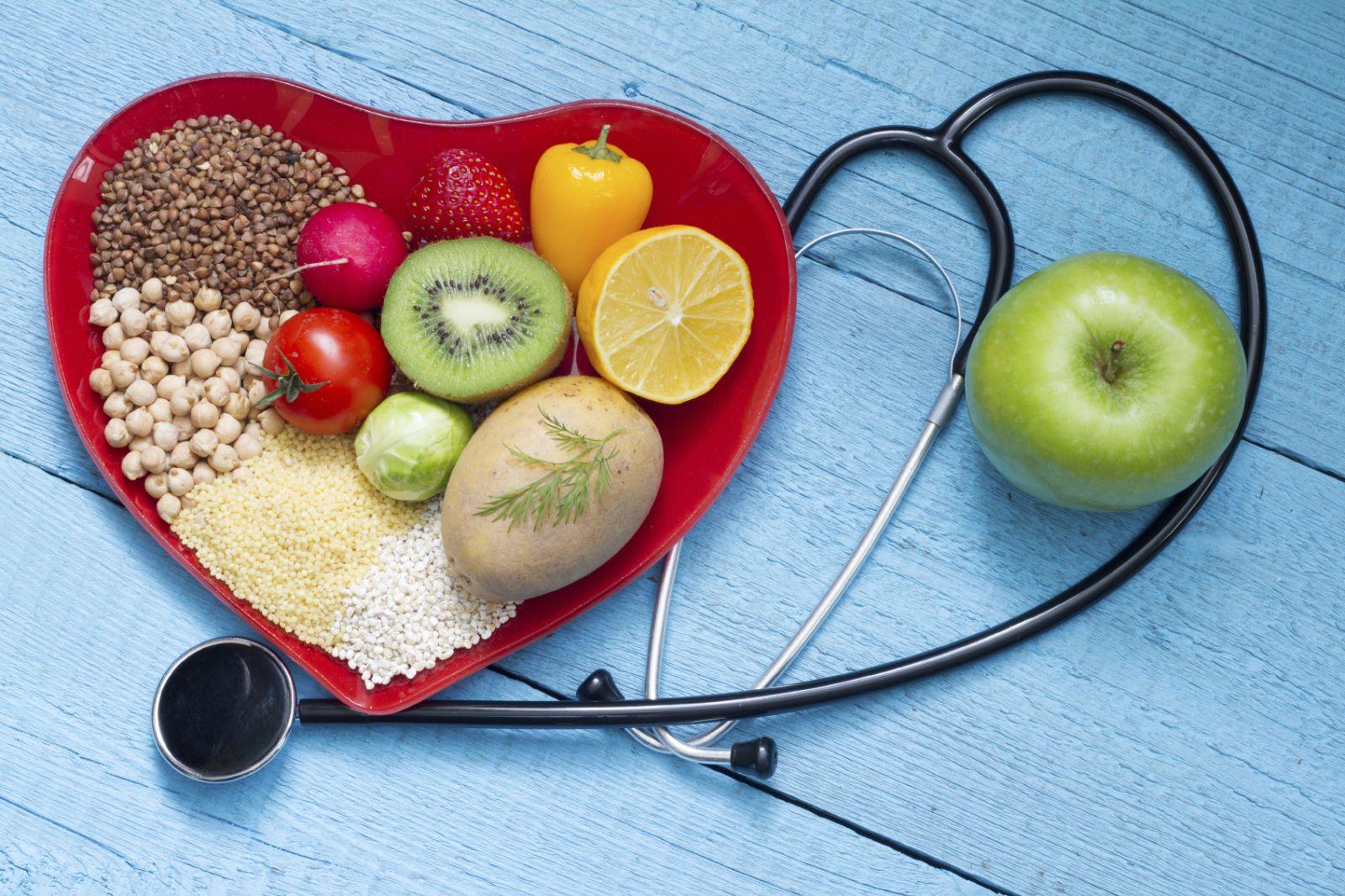 Говорят, что хорошо снижает уровень холестерина коричневый рис, из него можно приготовить гарнир