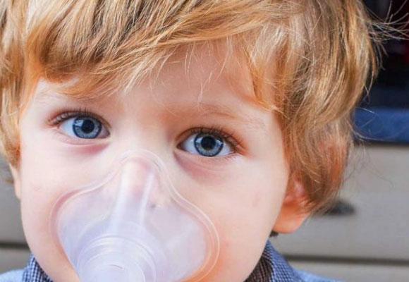 Мальчик с маской небулайзера