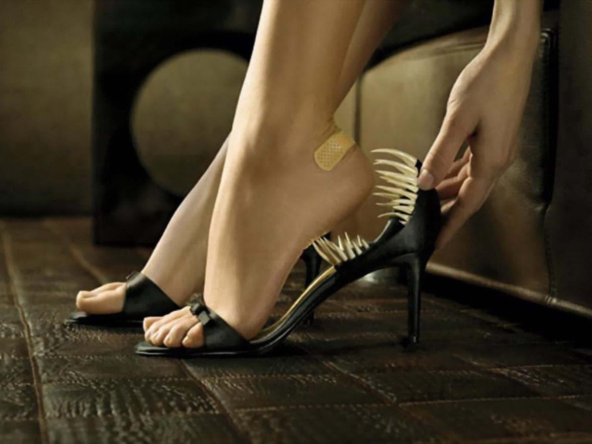 Неудобные туфли – одна из причин появления мозолей