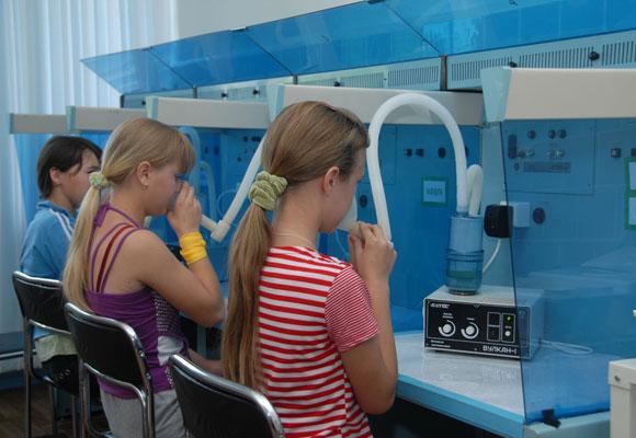 Дети проходят ингаляцию в физиотерапевтическом кабинете
