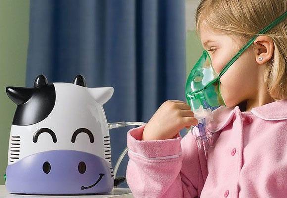 Девочка делает ингаляцию на детском небулайзере