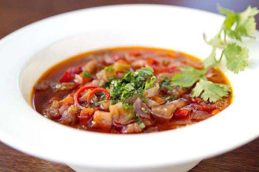 Не рекомендуется заправлять суп жирной сметаной или майонезом