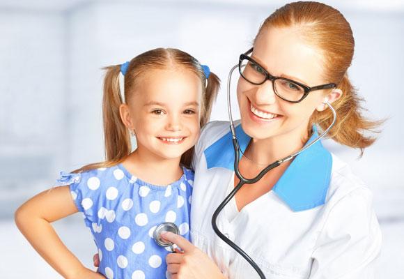 Педиатр слушает сердце у ребенка