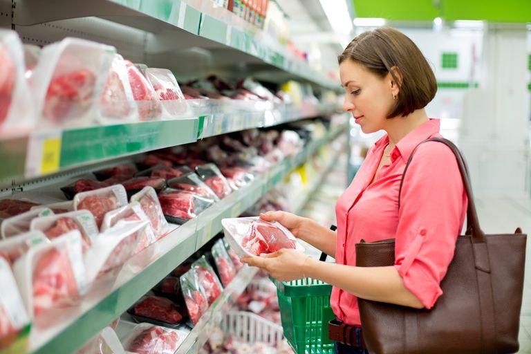 выбор продукта в супермаркете