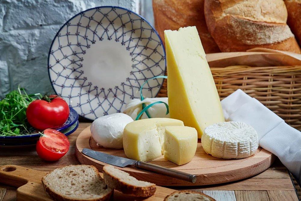 Врачи разрешают кушать 100-150 г сыра не более 3 раз в неделю