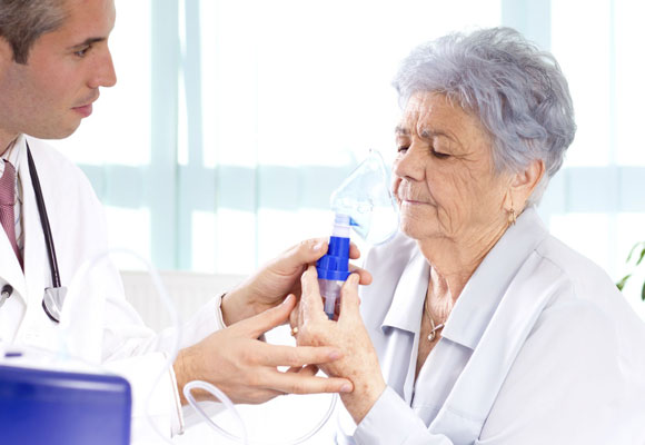 Сеанас ингалирования пожилой пациентке