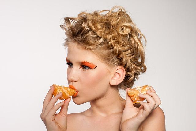 девушка ест мандарин