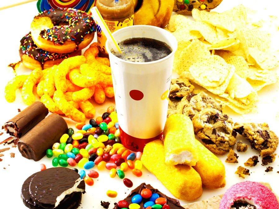 Для повышения уровня холестерина надо употреблять животные жиры, выпечка, мороженое, торты, конфеты и фаст-фуд