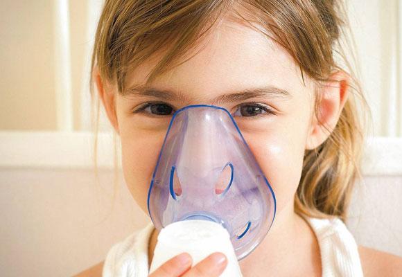 Лечение ребенка с помощью ингалятора
