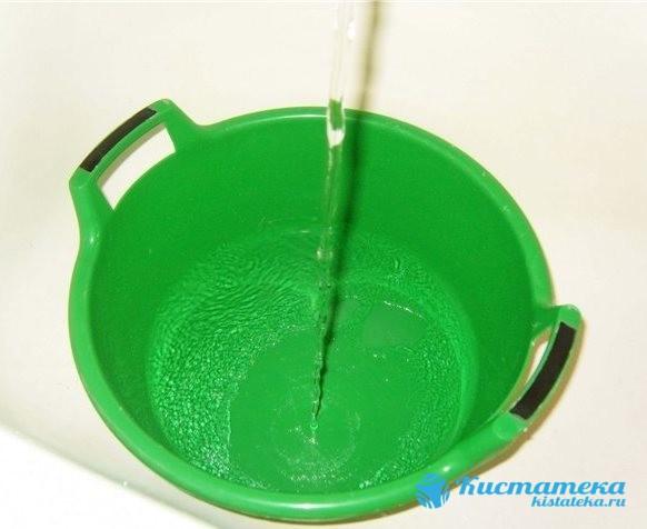 Садятся в таз с теплой водой, а затем пересаживаются в таз олодной воды