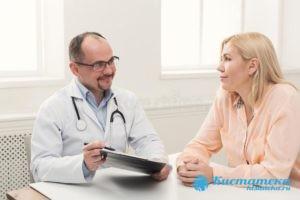 Изначально доктор опрашивает больного о его самочувствии, затем проводит осмотр