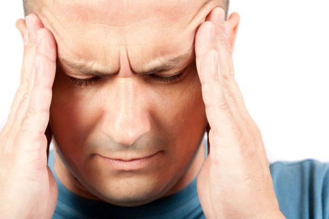 Часто потемнение в глазах является предвестником потери сознания, — нередкого явления среди пациентов с таким диагнозом