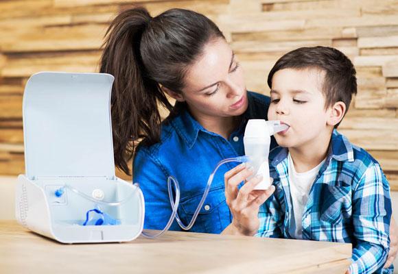 Мама помогает ребенку сделать ингаляцию
