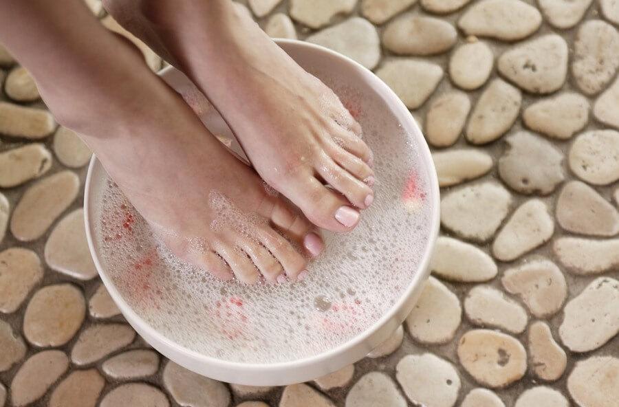 Ванночка для ног с соды и квасцов
