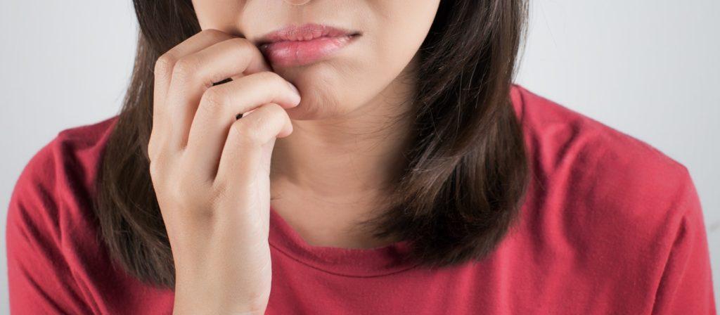 чешется рядом с губой
