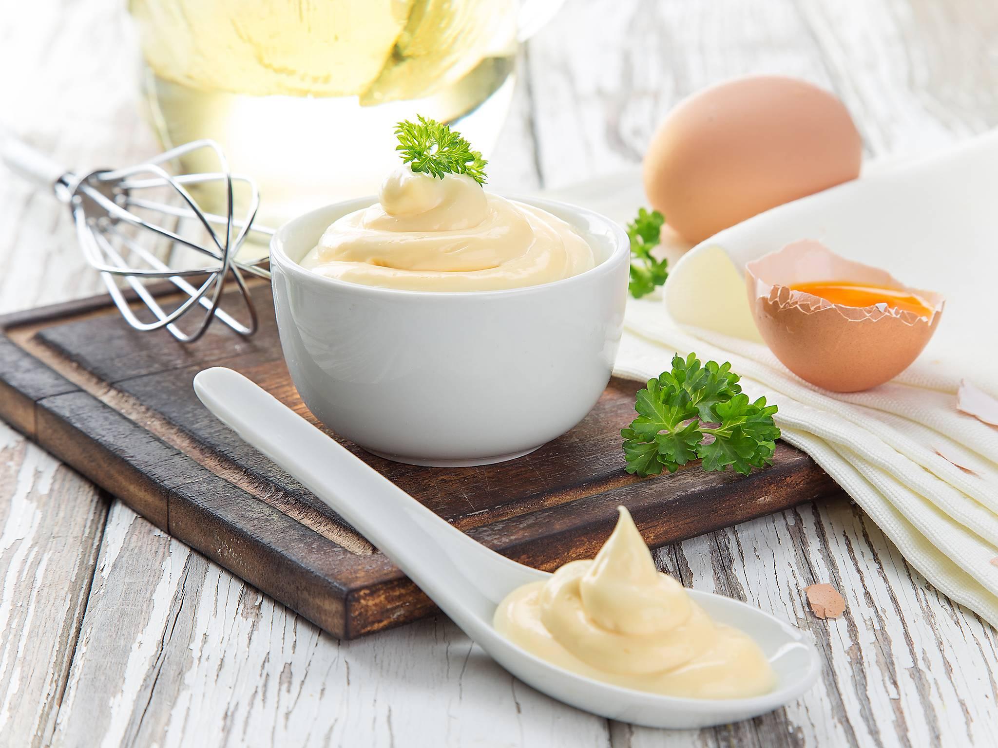 Майонез, приготовленный в домашних условиях, является продуктом здорового питания, и можно добавлять в разнообразные блюда