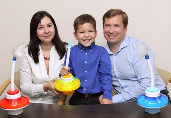 Мальчик держит в руке дыхательный аппарат Фролова