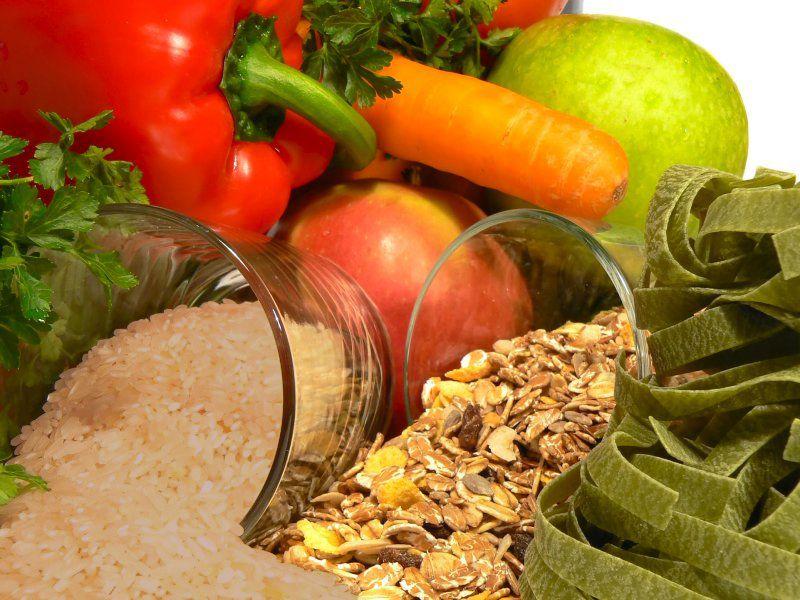 В рацион нужно включать больше овощей, фруктов, злаков, зелени, бобовых.