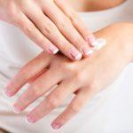 Нанесение крема для депиляции на руки
