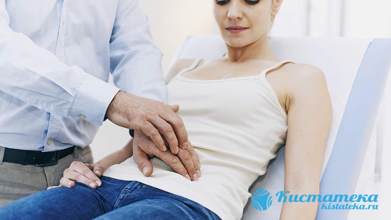 Путем пальпации гинеколог определит, что на яичнике присутствует постороннее утолщение