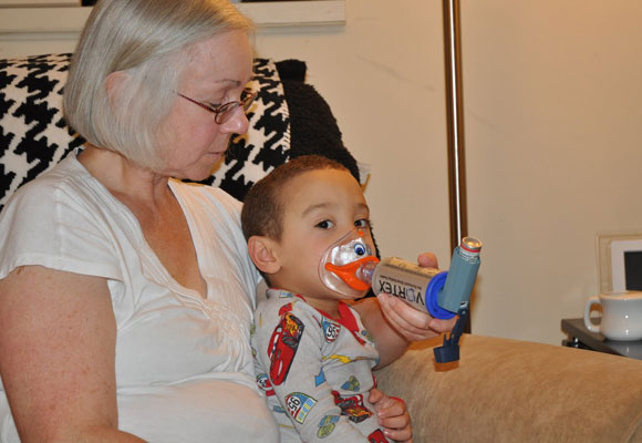 Бабушка делает внуку ингаляцию