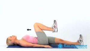 Поочередно медленно сгибать ноги, стараясь дотянуть колено до живота на вдое