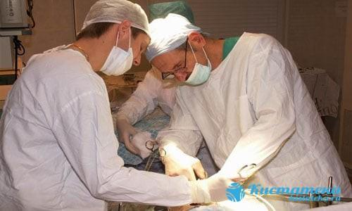 С помощью ирургически инструментов грудь иссекают, затем извлекают опуоль